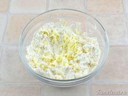 Готовим тесто.  В емкость положить муку и 1/3 ч.л. соли.  Туда же натереть на крупной терке масло (из холодильника).  Периодически перемешивать его с мукой, чтобы кусочки не слипались.