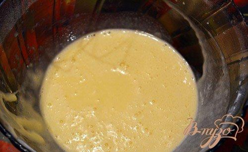 Приготовьте коржи. Для приготовления 1 коржа смешайте в единой миске 2 яйца и 1, 5 ст. ложки сахара. Взбейте до пышной пены. Когда масса станет больше вдвое, добавьте 1 ст. ложку меда и щипку соды пищевой, 1 ст. ложку растительного масла без запаха. Снова взбейте. Добавьте 1 ч. ложку разрыхлителя и 0, 5 стакана муки. Муку следует предварительно просеять. Замесите тесто. Оно будет консистенции как жидкая сметана.