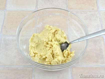 Смешать просеянную муку, ванилин и соль.  Частями добавлять муку к масляной смеси, каждый раз хорошо перемешивая. Получается мягкое пластичное тесто.