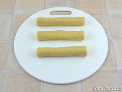 Полученное тесто поделить на три равные части (по 100 г). Из каждой части скатать колбаску диаметром примерно 2 см и длиной 15 см. Положить в холодильник на 2 часа.
