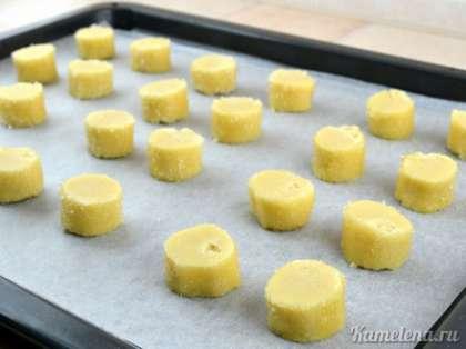 Выложить заготовки на противень, застеленный пекарской бумагой.