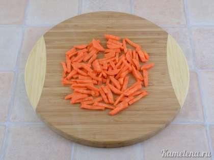 Морковь почистить, порезать брусочками.