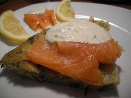 На картофель положить рыбу и соус, украсить лимоном