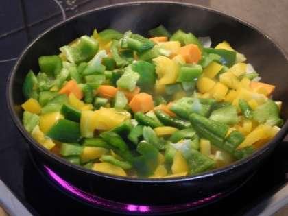 Обжарить овощи на сковороде с оливковым маслом