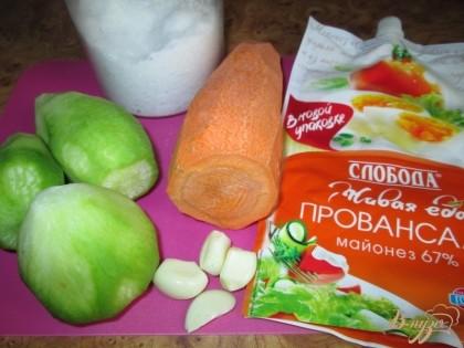 Возьмем все ингредиенты - редьку, морковь, яйца, чеснок, майонез, соль и свежую зелень для украшения.