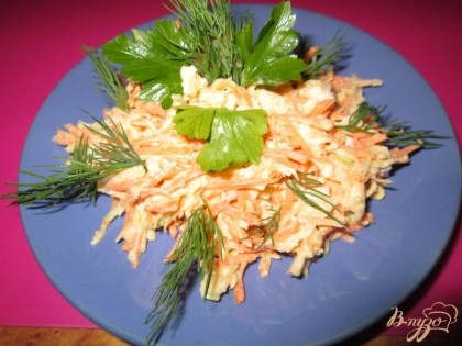 Готово! Готовый салат выложим на тарелку и украсим зеленью.Приятного аппетита!