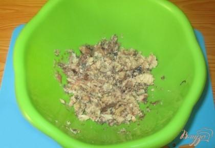 В миску выложим размятые вилкой сардины.
