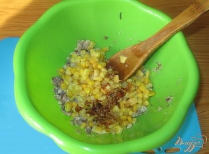 Пережарим мелко порезанный лук и тоже добавим в миску к рыбе и кукурузе.