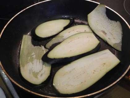 Баклажан тонко порезать и обжарить на масле с солью и перцем