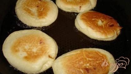 Дать тесту пять минут покоя и можно жарить оладушки.На сковороде с растительным маслом обжарить оладушки привычным способом с обеих сторон до готовности. Выкладывать оладушки удобно десертной ложкой, тогда они не будут слишком большие.