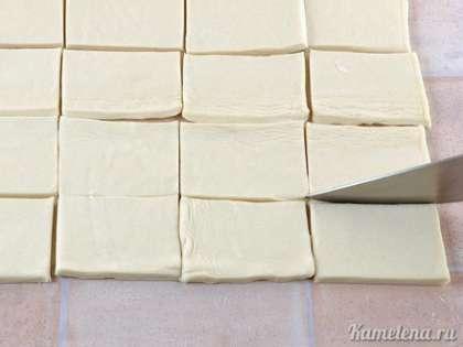 Тесто разморозить, раскатывать не нужно. Порезать на прямоугольники 6х4 см.