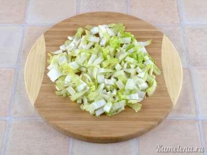 Пекинскую капусту порезать кусочками.
