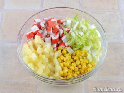 В салатник положить крабовые палочки, пекинскую капусту, ананасы, кукурузу. Немного посолить, добавить майонез (майонеза нужно совсем немного, так как салат сочный сам по себе), хорошо перемешать.