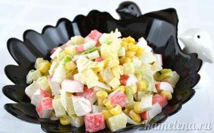 Салат из крабовых палочек отлично подойдет как на праздничный стол, так и в будни.