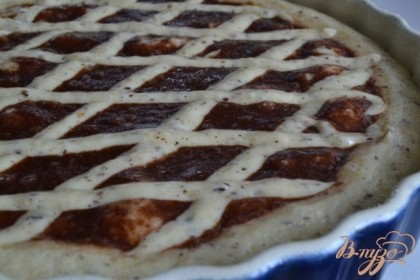 Через 10 мин. вынимаем из духовки и из остатков теста делаем такую решетку на поверхности пирога. Ставим снова в духовку до готовности.