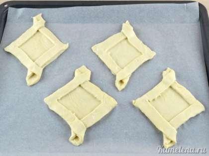 Выложить подготовленные корзинки на противень, застеленный пекарской бумагой. Поставить в разогретую до 200 градусов духовку. Выпекать примерно 20-25 минут.