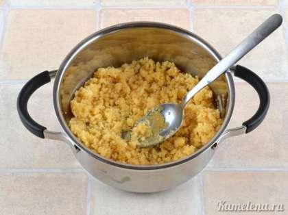 Готовим заварной крем. В кастрюльку с толстым дном положить желтки, сахар, ванильный сахар, муку. Все тщательно растереть.