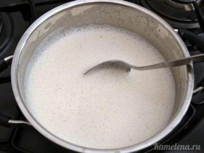 Долить все остальное молоко, перемешать, поставить на средний огонь.
