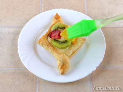 Подготовить желе для торта как указано на упаковке. Хорошо залить фрукты желе с помощью кисточки или чайной ложки.