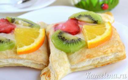Желе застывает просто мгновенно, а поэтому слойки с кремом и фруктами уже готовы.