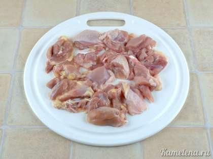 Мясо отделить от костей, порезать крупными кусочками.