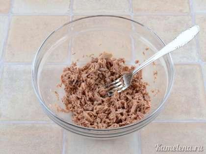 В салатник положить кусочки тунца (жидкость слить). Хорошо размять их вилкой.
