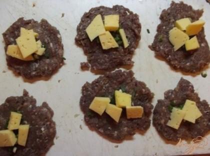 Сыр нарежьте крупными кубиками. Нужно выбирать сыр твердых сортов, чтобы пока мясо успеет прожариться, он не превратился в совсем жидкую массу. Он должен внутри лишь слегка расплавится, но не вытекать, а тянуться. Сверху сыр посыпьте небольшим количеством красного перца. Из специй хорошо использовать смесь тимьяна, базилика и петрушки с укропом. Либо же можно в чистом виде положить небольшое количество перетертого в порошок розмарина.