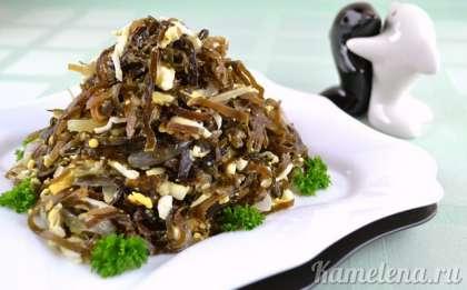 Салат из морской капусты и яиц можно подавать и теплым и холодным.