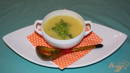 Готово! Пюрировать суп до однородности погружным блендером. Добавить сливочное масло. В порционную тарелку, на дно, кладем немного курицы, зелени. Заливаем супом. Подаем.