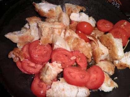 Обжарить индейку с помидорами