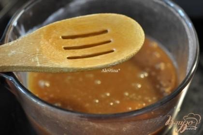 В кастрюлю с толстым дном налить сливки, добавить коричневый сахар и помешивать, довести до кипения. Огонь убавить, добавить кукурузный сироп, перемешать,варим до загустения,примерно 1 час. Помешиваем постоянно.