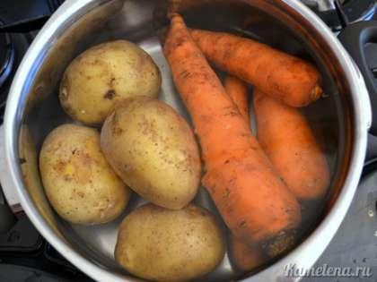 Картофель и морковь отварить в течение 30-40 минут (нож должен легко протыкать овощи). Остудить.