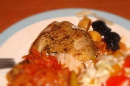 Готовую курицу подавать с овощами и салатом