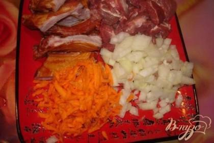 Нарезать все продукты: а) целый кусок ребер, разрезать на отдельные ребрышки. б) картофель очистить, нарезать средним кубиком в) лук репчатый нарезать мелким кубиком г) болгарский перец вымыть, удалить семена и нарезать произвольно д) морковь очистить, натереть на терку е) буряк очистить, натереть на крупной терке или порезаить брусочками ж) мясо говядины(без кости) нарезать кубиками 3*3 см. з) Капусту нашинковать как вам нравится