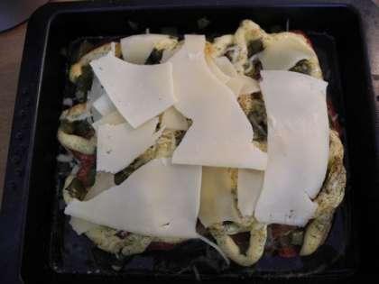 После запекания мяса выложить сыр сверху