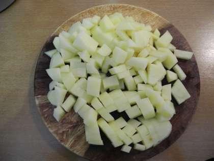 Почистить картофель и мелко нарезать