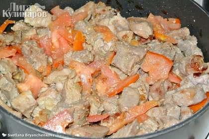 Теперь добавляем нарезанные помидоры, соль, приправу и перемешиваем.