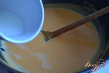 Добавить крахмал, разведенный в 50 мл. воды,поставить на тихий огонь,  дождаться пока соус станет немного гуще и у него появится гладкая консистенция.