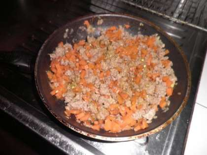 Обжарить лук, морковь и фарш на масле