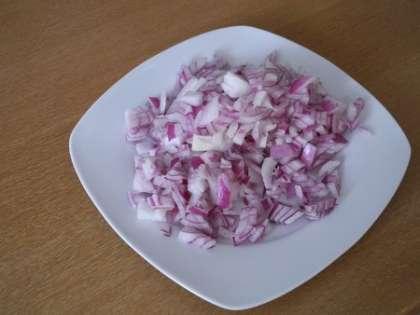 Порезать мелко лук
