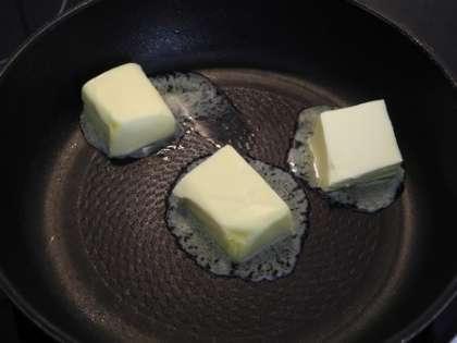 Растопить на сковороде масло