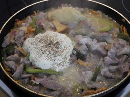 Добавить сметану, горчицу, соль и специи