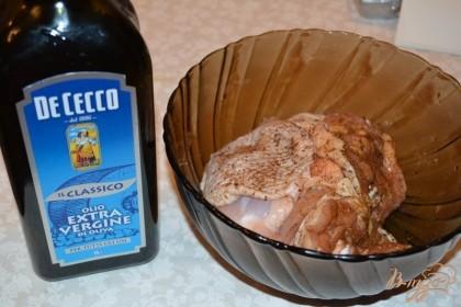 В миску влейте немного растительного масла. У меня оливковое. Оно ускорит процессы маринования.