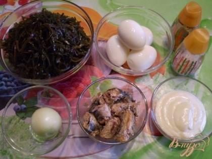 Отварить яйца. Почистить. Консерву выбирайте не в томате, а просто в масле. Масло отцедить, нужно только мясо рыбы. Морскую капусту промыть.