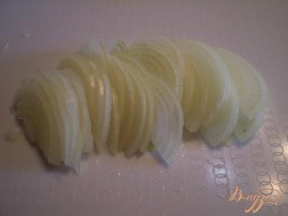 Лук порезать полукольцами и замариновать в воде с уксусом 2:1 на 30 минут.