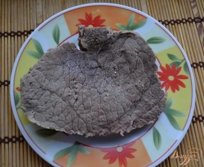 Первым делом я приготовила начинку. Говядину отварила до готовности в подсоленной воде с лавровым листом и с перцем горошком.