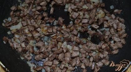 Далее говядину нарезала мелкими кубиками. Одну луковицу также нарезала мелкими кубиками. Обжарила на подсолнечном масле лук до золотистого цвета, добавила туда же говядину, и обжарила еще пару минут. Начинка готова.