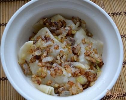 Готово! И потом, можно отваривать, как обычные вареники, в соленой воде, на протяжении 3-4 минут. Дополнительно обжарила, мелко нарезанную, еще одну луковицу и посыпала луком вареники. Вареники также смазала сливочным маслом.