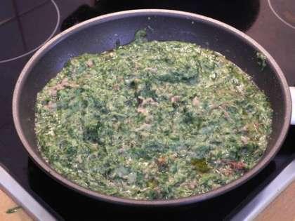 Тушить фарш вместе со шпинатом