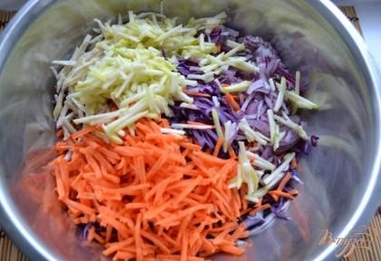 Все ингредиенты перемешаем в одной посуде, по вкусу выдавим еще лимонный сок. Посолим, добавим сахара по вкусу.